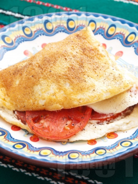 Омлет с колбас и домати - снимка на рецептата